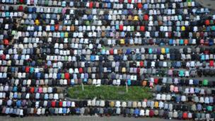 Russia's Muslims pray on the first day of Eid al-Fitr at a square in Saint-Petersburg (8 August 2013)