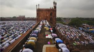 Muslims pray at the Jama Masjid (Grand Mosque) during Eid al-Fitr in the old quarters of Delhi August 9, 2013