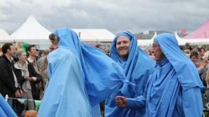 Bryn Williams mewn gwisg las / Bryn Williams in a blue robe