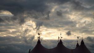 Yr awyr wrth iddi nosi dros y Pafiliwn / The cloudy sky over the Pavilion as the evening draws in