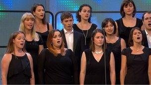Côr Cymysg rhwng 20 a 45 mewn nifer (27) / Mixed choir with 20-45 members 27)