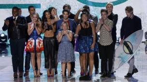 Cast of Glee accepting award