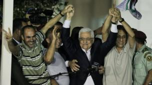 Palestinian Authority President Mahmoud Abbas celebrates with freed prisoners in Ramallah (13 August 2013)