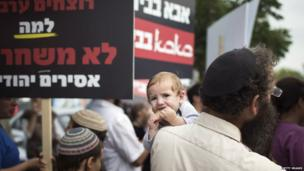 Israelis protest against the release of Palestinian prisoners outside Ayalon prison (13 August 2013)