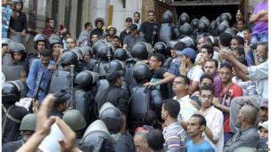 Policemen move into al-Fath mosque (17 August 2013)