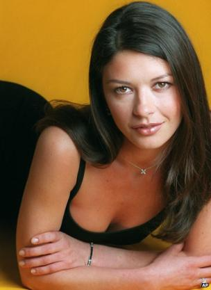 Welsh actress Catherine Zeta-Jones poses in her New York hotel room April 27, 1999. She was in town to promote her new film, Entrapment, which co-stars Sean Connery. (AP Photo/Jim Cooper)