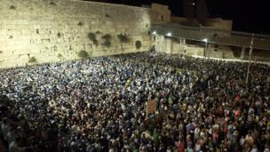 Crowds gather at the Western Wall (13 September 2013)