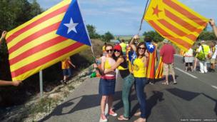 Girls pose with Catalan flags as part of the human chain. Photo: Marcel Hernandez Carrasquer