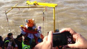 Ganesh statue lowered into the Mersey