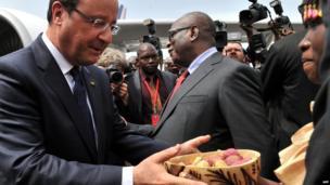 France's President Francois Hollande (L) and Mali's President Ibrahim Boubacar Keita (C) - Thursday 19 September 2013