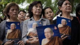 Thai women hold a portrait of Thai Supreme Patriarch Somdet Phra Nyanasamvara, Bangkok 25 October 2013.