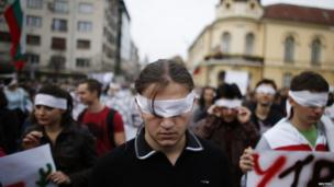 Students in Bulgaria with bandages over their eyes take part in a demonstration in front of the parliament in Sofia (1 November 2013)
