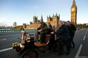 Spectators help push a 1900 De Dion Bouton car after it broke down