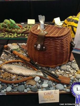 Cake in the shape of a fishing basket