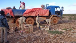 Somali marines in Puntland unloading food aid