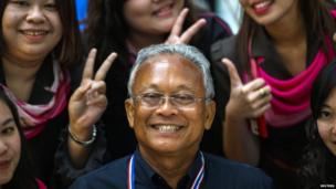 Protest leader and former deputy prime minister Suthep Thaugsuban (C) poses for photograph with his supporters at the Government Complex where anti-government protesters have gathered in Bangkok on 28 November 2013