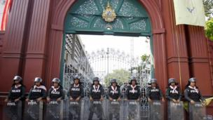 Riot policemen stand guard during a no-confidence vote in Bangkok 28 November 2013