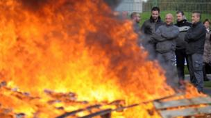 Prison guards burn planks of wood to block access to the detention centre of Nantes, western France