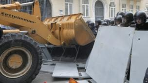 Bulldozer approaches police lines outside President Yanukovych's offices