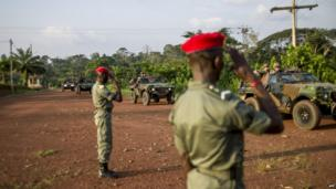 Cameroonian soldiers salute French troops in vehicles - Wednesday 4 December 2013
