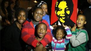 South Africans carry a picture of Nelson Mandela in Johannesburg. Photo: 6 December 2013