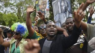 Crowds chant outside the Mandela home in Houghton (7 Dec 2013)