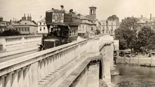 A B-type bus on Richmond Bridge