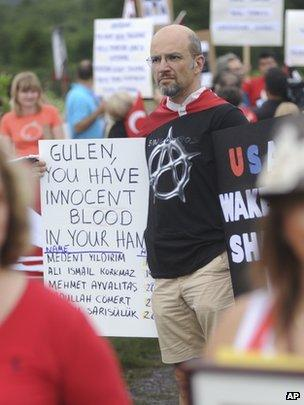Protesters picket Fethullah Gulen's estate, July 2013