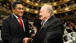Eusebio (l) shakes hands with Fifa president Sepp Blatter during the Czech Republic's Football Player of the Year 2010 award ceremony on 7 February 2011 in Prague