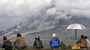 People watch Mount Sinabung