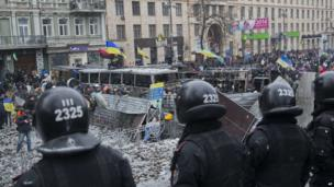 Police guard the way to the government buildings in central Kiev, Ukraine, on Tuesday, 21 January 2014.
