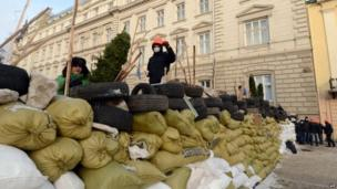 Protesters build barricades in Lviv (24 January 2014)