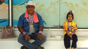 A man and girl sit down to rest during the Bangkok protests. Photo: Esperanza Guerra Fernández