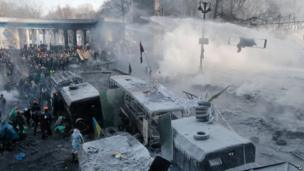 Riot police fire water cannon at protesters in central Kiev (25 Jan)