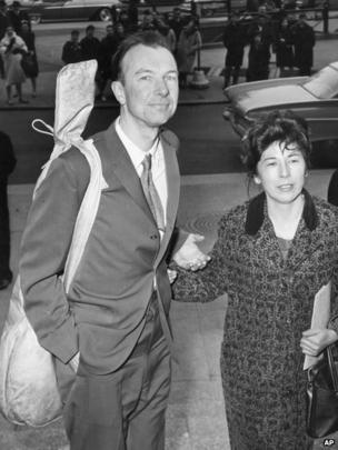 Pete Seeger, a banjo slung over his shoulder and accompanied by his wife Toshi, arriving at the Federal Court in New York in April 1961