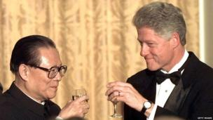 President Bill Clinton and Chinese President Jiang Zemin toast at a state dinner on 29 October 1997