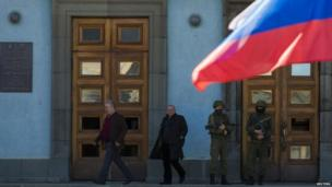 Armed men stand outside the cabinet of ministers building in Simferopol (3 March 2014)