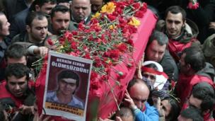 Turkish mourners carry the coffin of Berkin Elvan in Istanbul, Turkey (12 March 2014)
