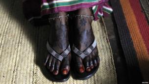 Kenyan bride Hawa Abdulkadir shows her legs decorated with henna (22 March 2014)
