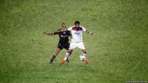 Maximiliano Velazquez (left) of Argentina's Lanus and Angel Romero of Paraguay's Cerro Porteno fight for the ball during a football match