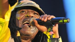 Ivorian reggae singer Alpha Blondy performs in Abidjan on 6 April 2014