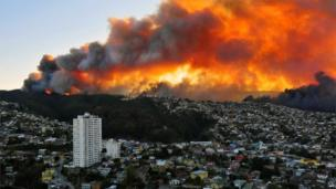Fire ravages the Chilean port city of Valparaiso, 12 April 2014