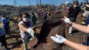 Volunteers help after a huge fire devastated an area of Valparaiso, on April 14, 2014.