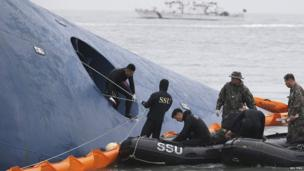 """Members of South Korean Ship Salvage Unit (SSU) search for passengers who were on the South Korea ferry """"Sewol"""" which sank in the sea off Jindo on 17 April, 2014"""