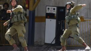 Israeli soldiers throw sound grenades at Palestinians in Hebron (17 April 2014)