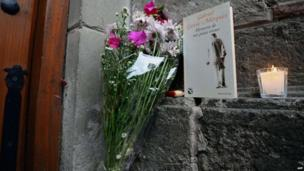Flowers and a book outside the home of Gabriel Garcia Marquez in Mexico City (18 April 2014)