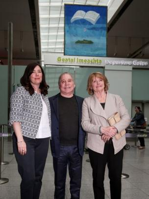 Paul Simon met Seamus Heaney's widow Marie (right) and daughter Catherine Heaney at the unveiling of a specially-commissioned tapestry