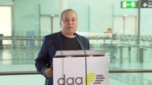 Paul Simon makes speech at Dublin Airport