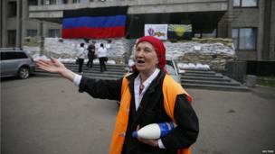 A woman cries outside the mayor's office in Sloviansk (24 April 2014)