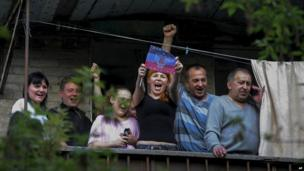 Local people greet pro-Russian demonstrators in Donetsk - 4 May 2014